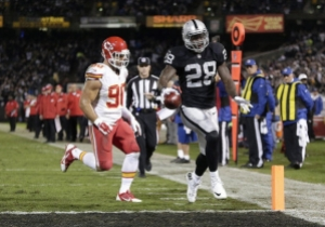 Latavius Murray running in one of his two touchdowns during his monster game against the Chiefs on TNF in 2014 (photo from sportsworldreport.com)